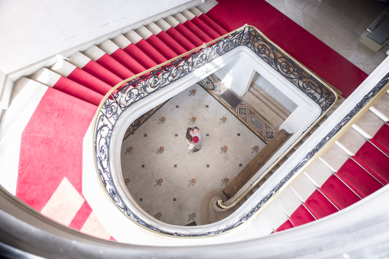 belles-photos-de-couple-dans-beau-escalier
